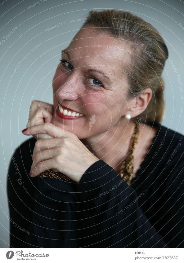 Yvonne feminin 1 Mensch Schmuck Ohrringe Halskette blond langhaarig beobachten Lächeln lachen Blick leuchten warten frech Freundlichkeit Fröhlichkeit klug schön