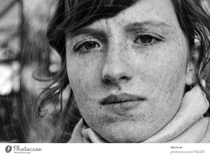 confused Schwarzweißfoto feminin Junge Frau Jugendliche Erwachsene Gesicht Interesse Sommersprossen Blick schön runzeln Stirn Lippen Pony Haare & Frisuren