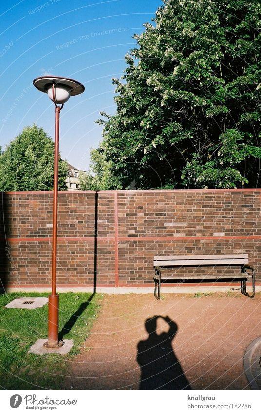 Schattenself mit Bank ruhig Erholung Wand Mauer Park Pause Laterne Straßenbeleuchtung Sitzgelegenheit Fotografieren Selbstportrait Parkbank Laternenpfahl