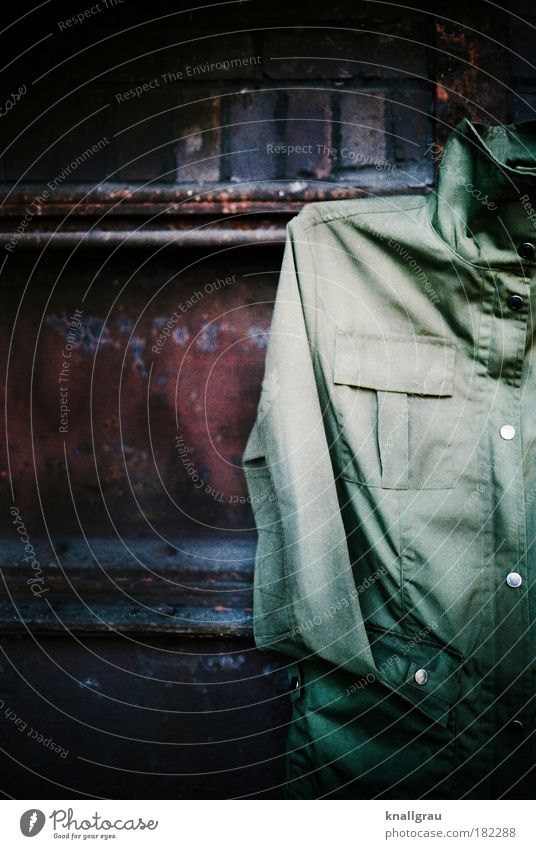 Der Parka alt grün Bekleidung Jacke trendy Regenbekleidung Anschnitt Bildausschnitt matt Vignettierung Regenjacke oliv ausgemustert Altkleidersammlung