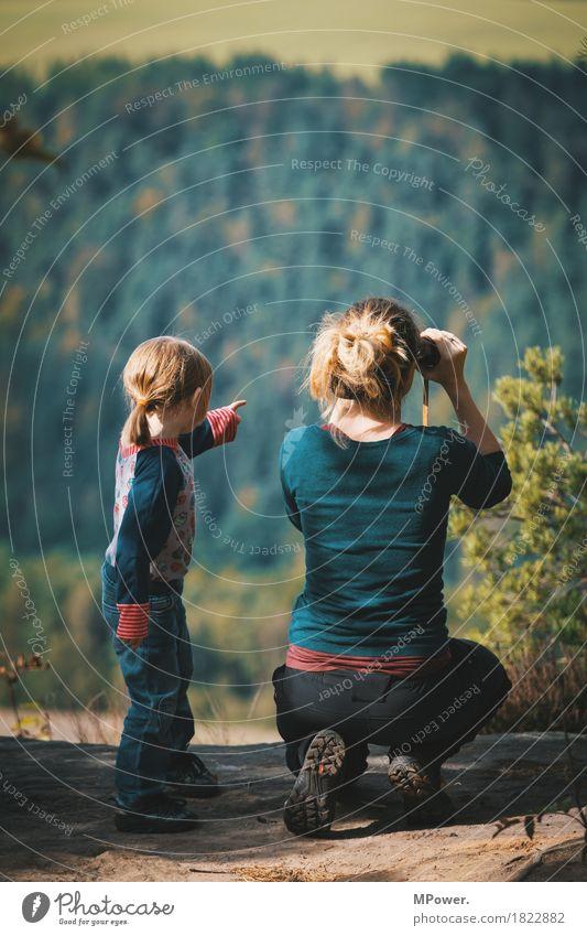 weitblick Freude Glück Freizeit & Hobby Kinderspiel Mensch feminin Eltern wandern Aussicht Kindheit Kindheitserinnerung lernen Leben Fernglas Mutter