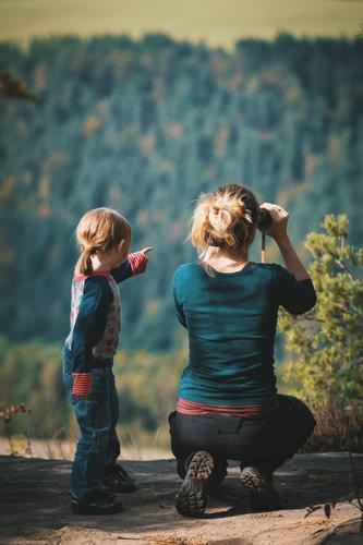 weitblick Mensch Kind Natur Freude Wald 18-30 Jahre Leben Herbst feminin Familie & Verwandtschaft Glück Freizeit & Hobby wandern Kindheit Aussicht Fußweg