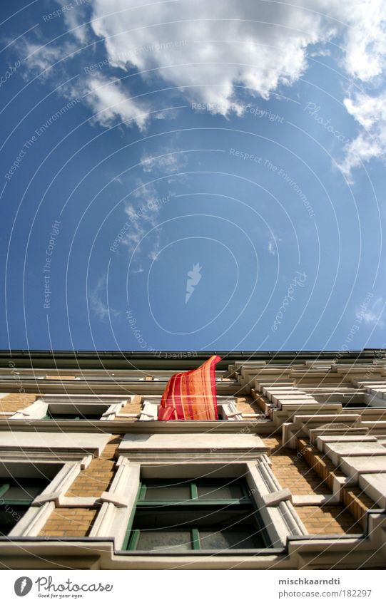 Die Gedanken sind frei... Himmel Sommer ruhig Haus Wolken Fenster Freiheit Luft Wind Fassade offen Licht Backstein aufwärts Vorhang