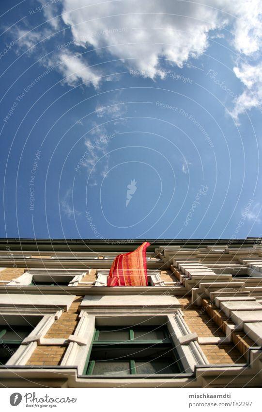Die Gedanken sind frei... ruhig Freiheit Sommer Haus Himmel Wolken Schönes Wetter Wind Backstein wehen flattern Luft Farbfoto mehrfarbig Außenaufnahme