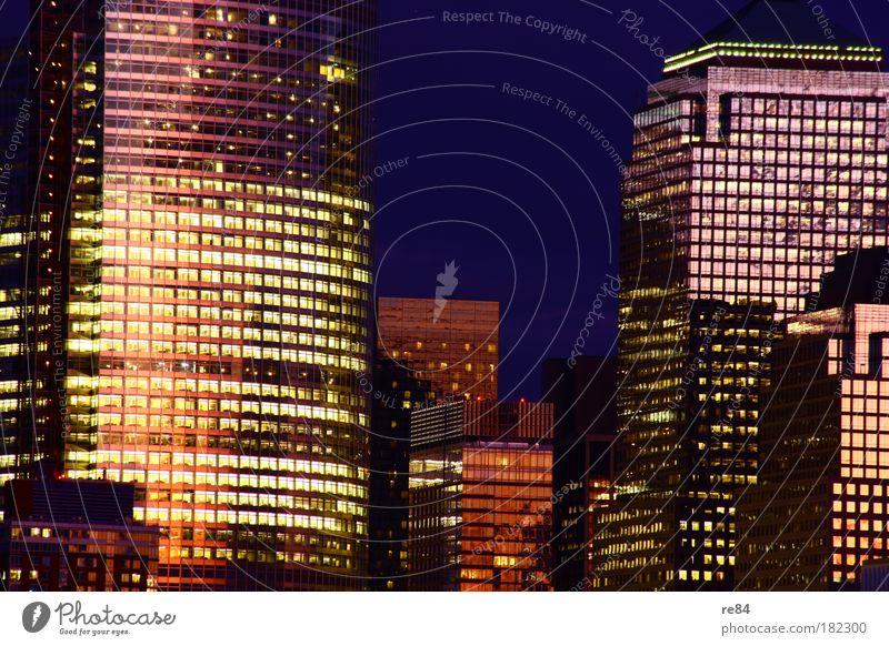 Glowing Towers Farbfoto Außenaufnahme Abend Dämmerung Nacht Lifestyle elegant Stil Wirtschaft Geldinstitut Fortschritt Zukunft Hafenstadt Stadtzentrum Skyline