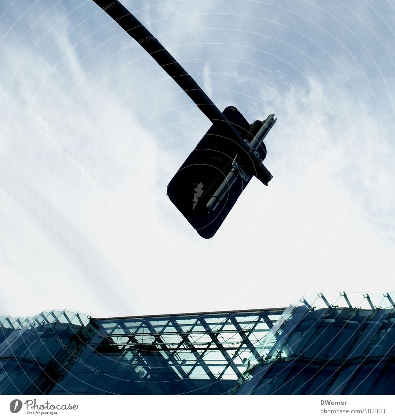 Rot - Gelb - Grün Himmel blau Wolken Haus Straße Architektur Stil Gebäude Fassade Häusliches Leben Luft Verkehr Glas Schilder & Markierungen Hochhaus