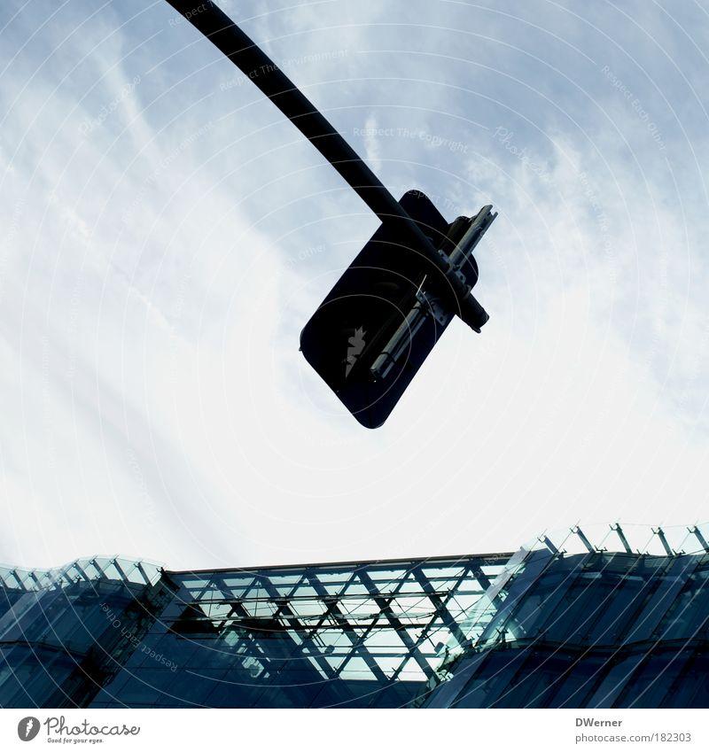 Rot - Gelb - Grün Himmel blau Wolken Haus Straße Architektur Stil Gebäude Fassade Häusliches Leben Luft Verkehr Glas Schilder & Markierungen Hochhaus Hinweisschild