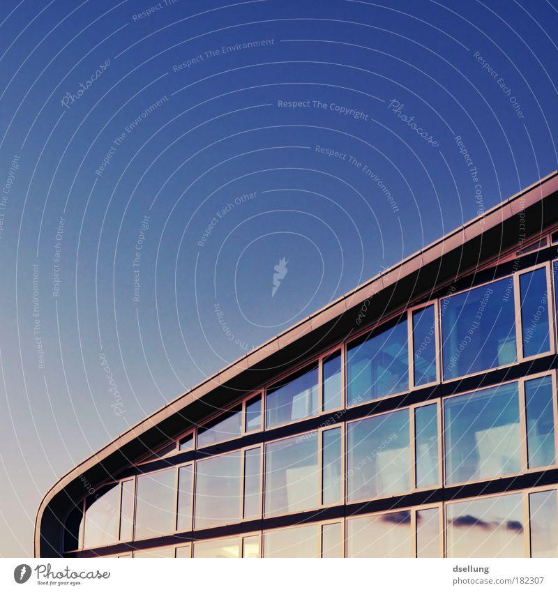 Teil eines verglasten Gebäudes mit strahlend blauem Himmel Farbfoto Außenaufnahme Menschenleer Textfreiraum links Textfreiraum oben Abend Dämmerung Kontrast