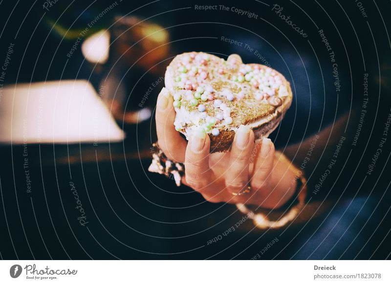 sweetheart Lebensmittel Kuchen Dessert Süßwaren Backwaren Herz Essen festhalten lecker süß braun mehrfarbig Genusssucht Farbfoto Innenaufnahme Kunstlicht Licht