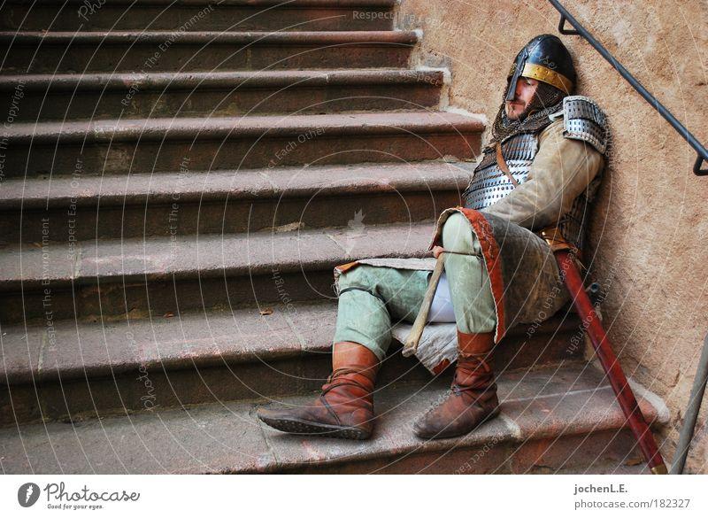 müder Ritter Mensch Mann Erwachsene Erholung Wand Mauer sitzen Schuhe Treppe warten Beruf Abenteuer schlafen Stoff Schutz Fell