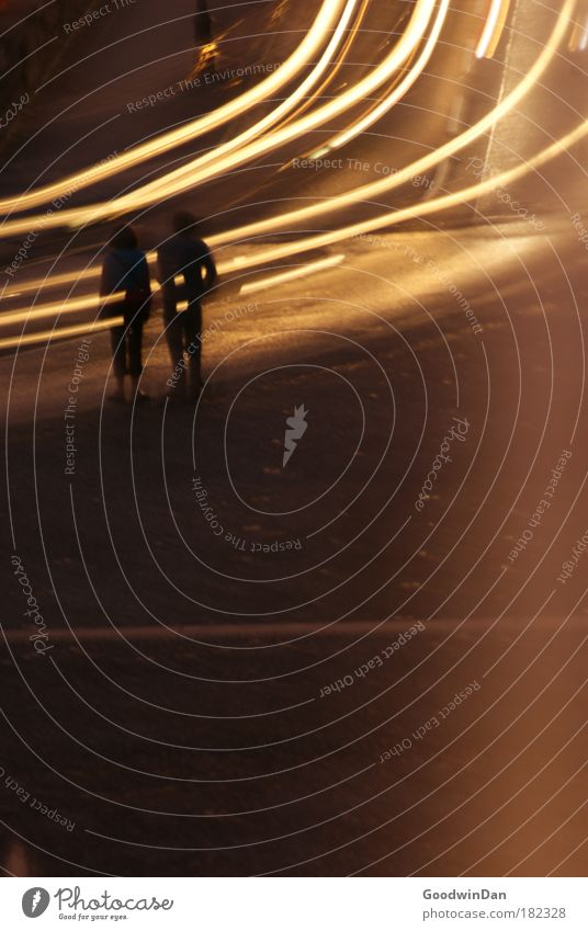 Rush Mensch Straße PKW stehen fahren Junge Frau Nacht Fußgänger Straßenverkehr Straßenrand Junger Mann Silhouette