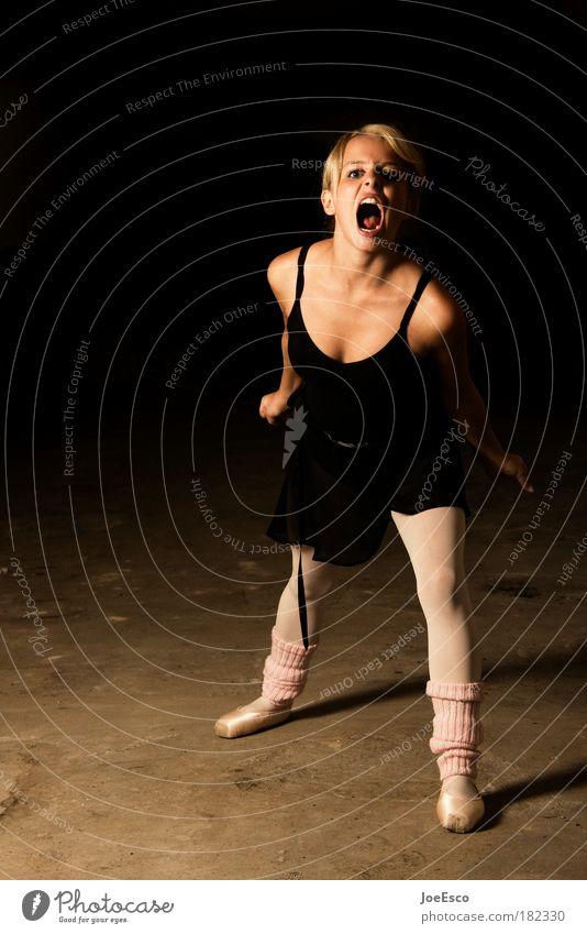 tiger-style Frau Jugendliche Erwachsene feminin Leben Gefühle Tanzen wild Tanzveranstaltung verrückt stehen Künstler Theaterschauspiel schreien sportlich Bühne