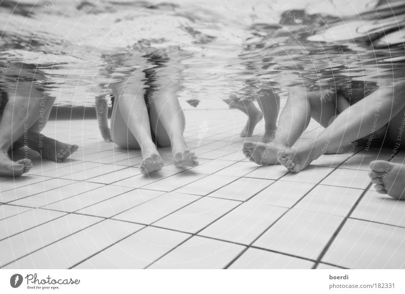 ~ 6 feet under Schwarzweißfoto Unterwasseraufnahme Kunstlicht Starke Tiefenschärfe Weitwinkel Veranstaltung Schwimmbad Leben Beine Fuß 3 Mensch Wasser
