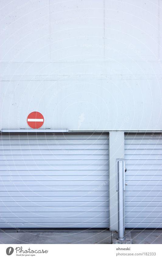 Durchfahrt verboten Farbfoto Gedeckte Farben Außenaufnahme Menschenleer Textfreiraum oben Textfreiraum Mitte Schatten Zentralperspektive Mauer Wand Verkehrswege