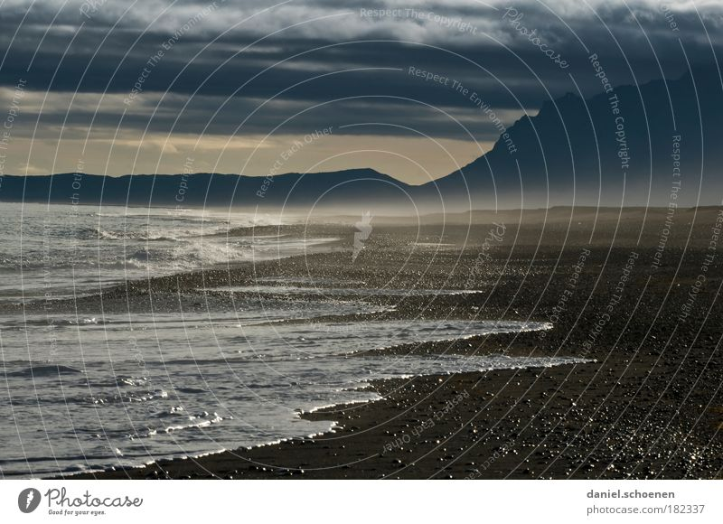 der Strand von Mordor Natur Wasser Strand Ferne dunkel Berge u. Gebirge Sand Landschaft Luft Wellen Küste Wind Horizont bedrohlich Klima wild