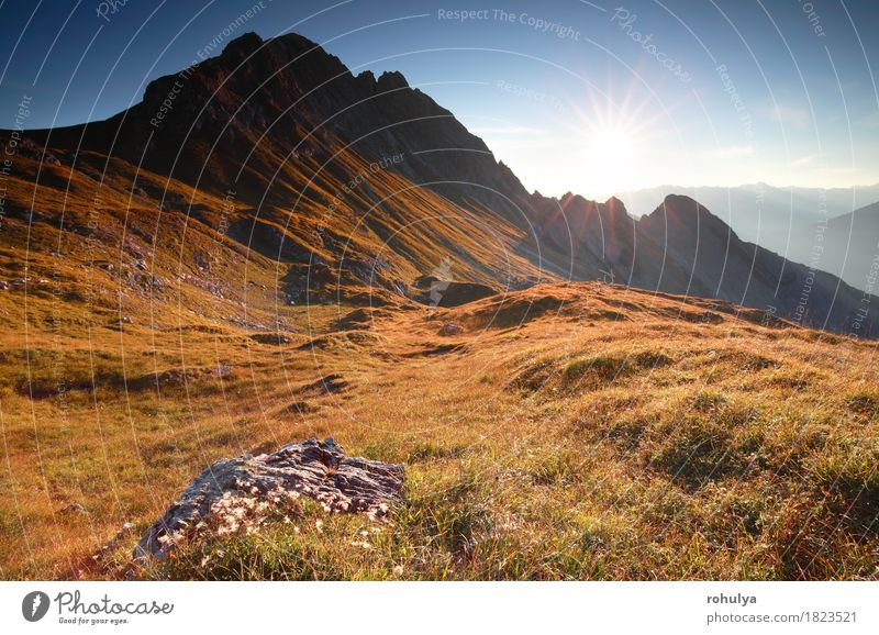 Herbstsonnenaufgang in den felsigen Alpen, Österreich Ferien & Urlaub & Reisen Sonne Berge u. Gebirge Natur Landschaft Himmel Wiese Felsen gold Gelassenheit