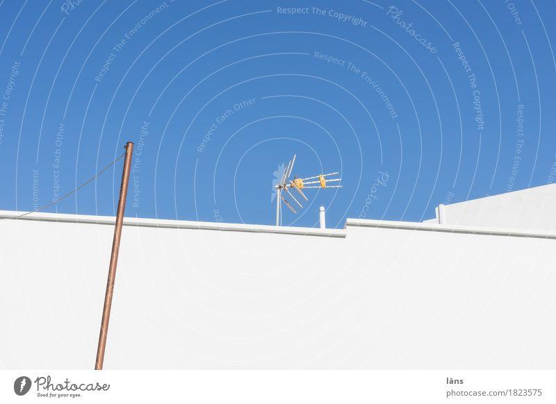 Empfang Häusliches Leben Wohnung Haus Himmel Wolkenloser Himmel Sonnenlicht Schönes Wetter Mauer Wand Dach erleben Antenne Farbfoto Außenaufnahme Menschenleer