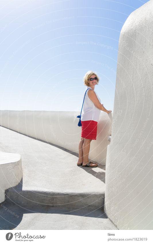Aussichtsreich Mensch Frau Ferien & Urlaub & Reisen Ferne Erwachsene Architektur Wand Leben feminin Gebäude Mauer Fassade Tourismus Treppe Ausflug blond