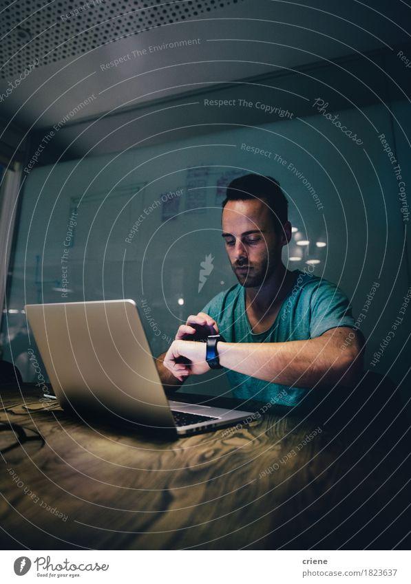 Jugendliche Mann Junger Mann 18-30 Jahre Erwachsene sprechen Lifestyle Business Arbeit & Erwerbstätigkeit Büro modern Technik & Technologie Erfolg Computer lesen fahren