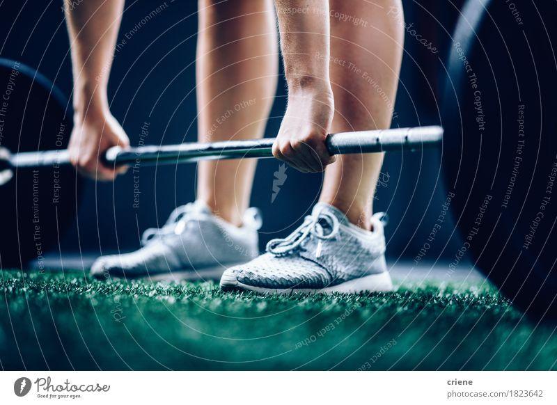 Nahaufnahme des Sitzmädchens Barbell für Training in der Turnhalle aufhebend Hand Lifestyle Sport Beine Fuß Freizeit & Hobby Körper Kraft Aktion Fitness stark