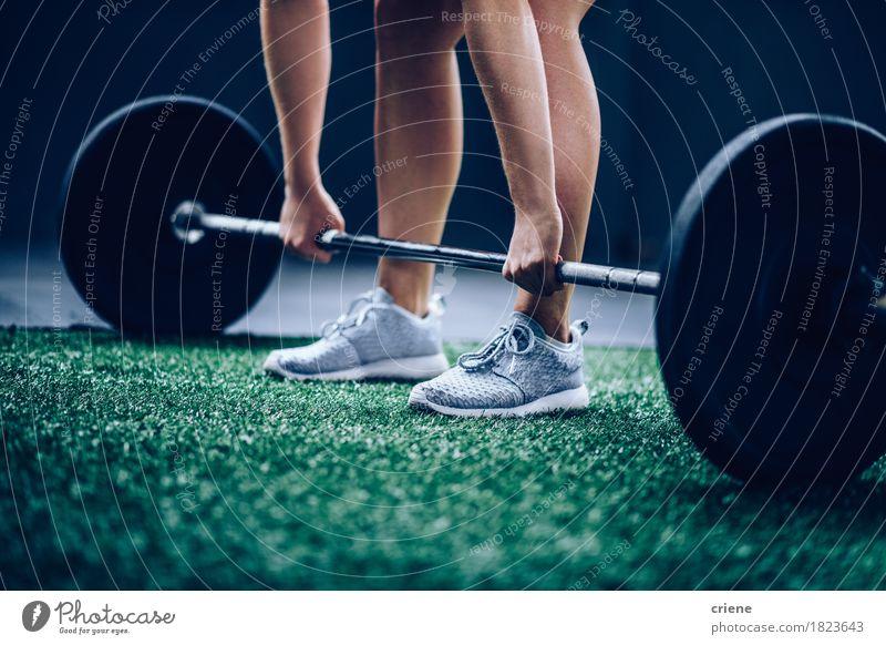 Geeignetes kaukasisches Mädchen, das schweren Barbell aufhebt Mensch Frau Jugendliche Junge Frau Erwachsene Lifestyle Sport Freizeit & Hobby Körper Aktion