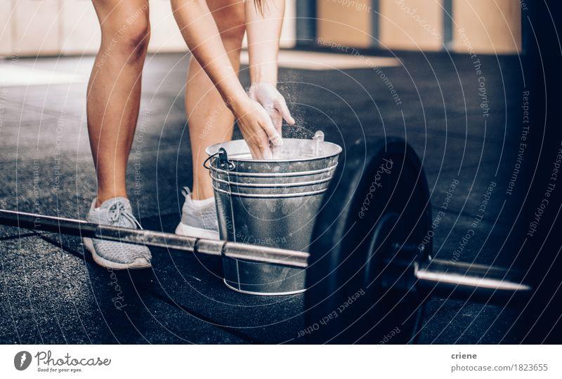 Junge Frau reibt Hände in der Kreide, bevor sie Barbell anhebt Mensch Jugendliche Erwachsene Leben Lifestyle Sport Freizeit & Hobby Textfreiraum Kraft Energie