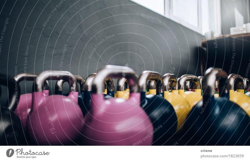 Nahaufnahme von den Kessel-Bell, die in passender Turnhalle des Kreuzes stehen Lifestyle Körper Sport Fitness Sport-Training Wasserkocherglocke Textfreiraum