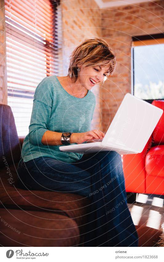 Video-Chat-Freund der fälligen Frau mit Laptop auf Couch Haus Freude Erwachsene Lifestyle lachen Business Arbeit & Erwerbstätigkeit Freundschaft Büro modern