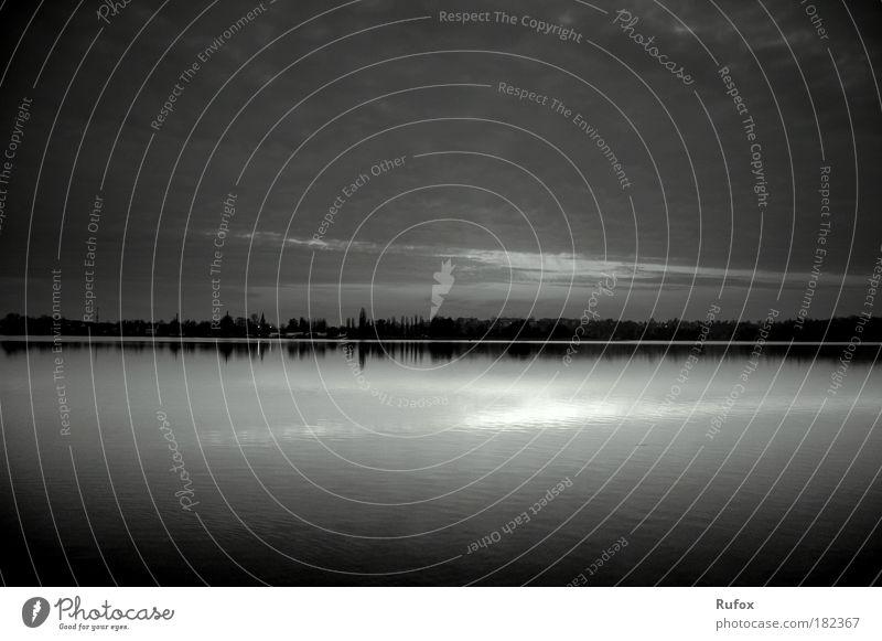 parallel Welten! Schwarzweißfoto Außenaufnahme Menschenleer Textfreiraum oben Textfreiraum unten Morgen Morgendämmerung Tag Abend Dämmerung Licht Schatten