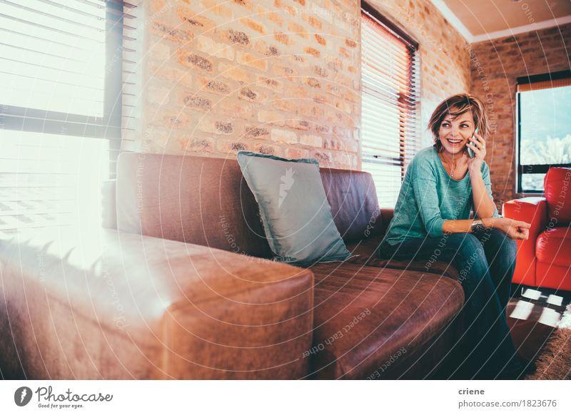 Mensch Frau Freude Erwachsene sprechen Senior Lifestyle lachen Business modern sitzen Kommunizieren Technik & Technologie Telekommunikation Lächeln Telefon