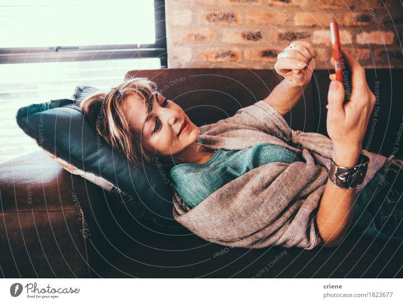 Frau Erholung Erwachsene modern Liege Internet Handy heimwärts Wohnzimmer reif digital online PDA Mitteilung bequem SMS