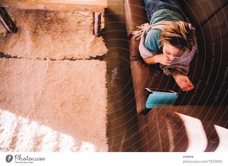 Reife erwachsene Frau auf dem Sofa, das E-Buch auf digitalem Tablet liest Lifestyle lesen Wohnzimmer Technik & Technologie Telekommunikation