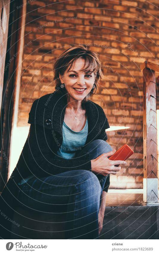 Reife glückliche Frau, die in der Kamera lächelt Smartphone in den Händen lächelt Mensch Freude Erwachsene Senior Lifestyle Business Raum Büro modern