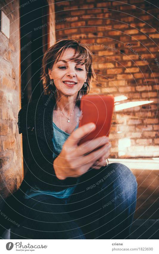 Moderne reife Frau, die zu Hause Smartphone verwendet Lifestyle Freude Häusliches Leben Büro Business Handy PDA Technik & Technologie Telekommunikation Internet