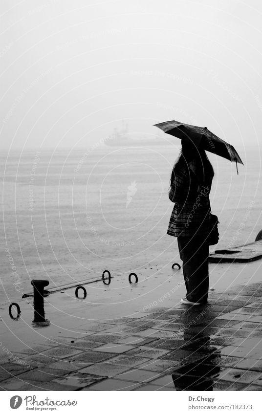 Weinen im Regen Schwarzweißfoto Außenaufnahme Textfreiraum links Tag Schatten Silhouette Gegenlicht Zentralperspektive Ganzkörperaufnahme Rückansicht Wegsehen
