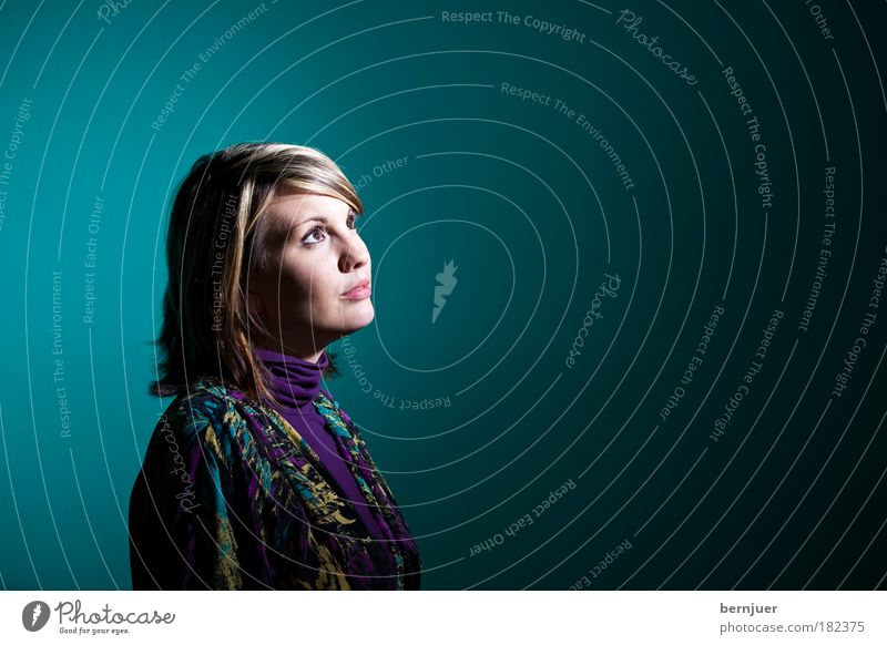es grünt so grüm Frau Jugendliche Hintergrundbild Gesicht Auge Blick Verlauf Seite Porträt Textfreiraum feminin schön Lächeln braun brünett attraktiv 20