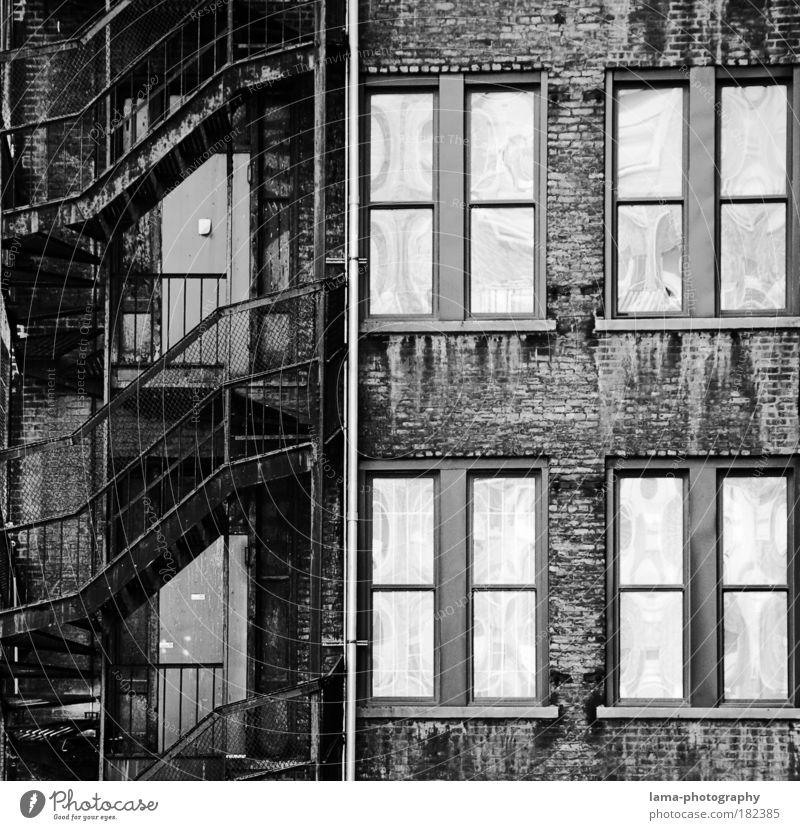 fire escape Schwarzweißfoto Detailaufnahme Strukturen & Formen Menschenleer Kontrast Reflexion & Spiegelung Zentralperspektive Totale New York City Amerika USA
