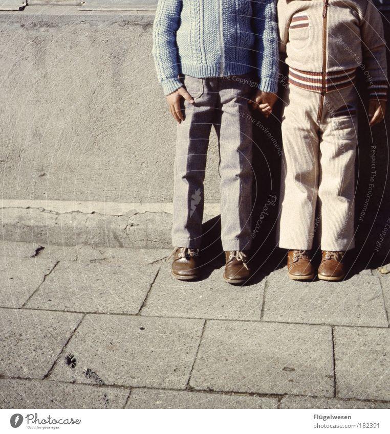 """""""Ich hab mehr Brüder als du Freunde"""" Farbfoto Außenaufnahme Lifestyle Freizeit & Hobby Spielen Kindererziehung Bildung Mensch Junge 2 Straße Wege & Pfade Beton"""