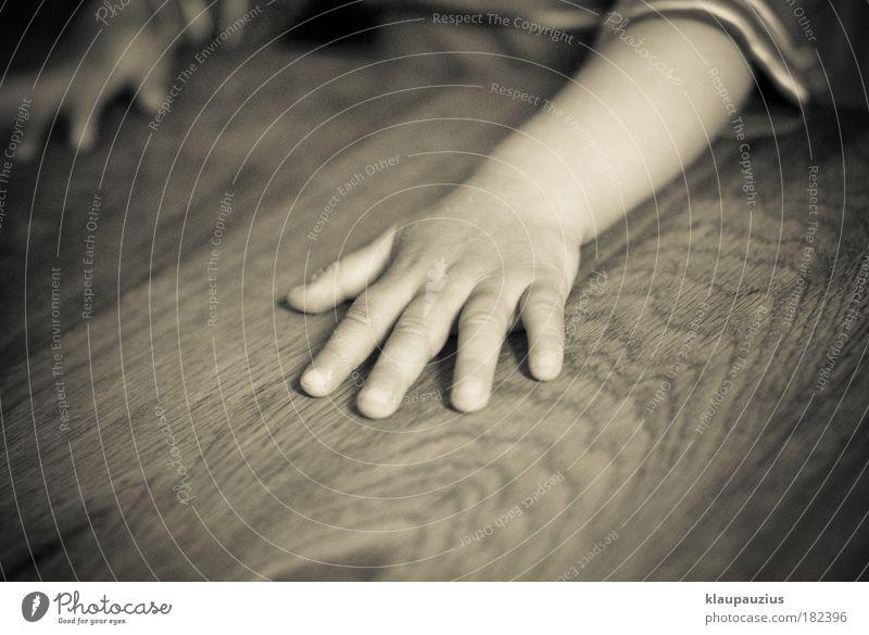Kinderhand Mensch Hand Mädchen Haus Holz Kindheit Raum Arme Wohnung Haut Finger Tisch Häusliches Leben Kind Kleinkind Kontakt