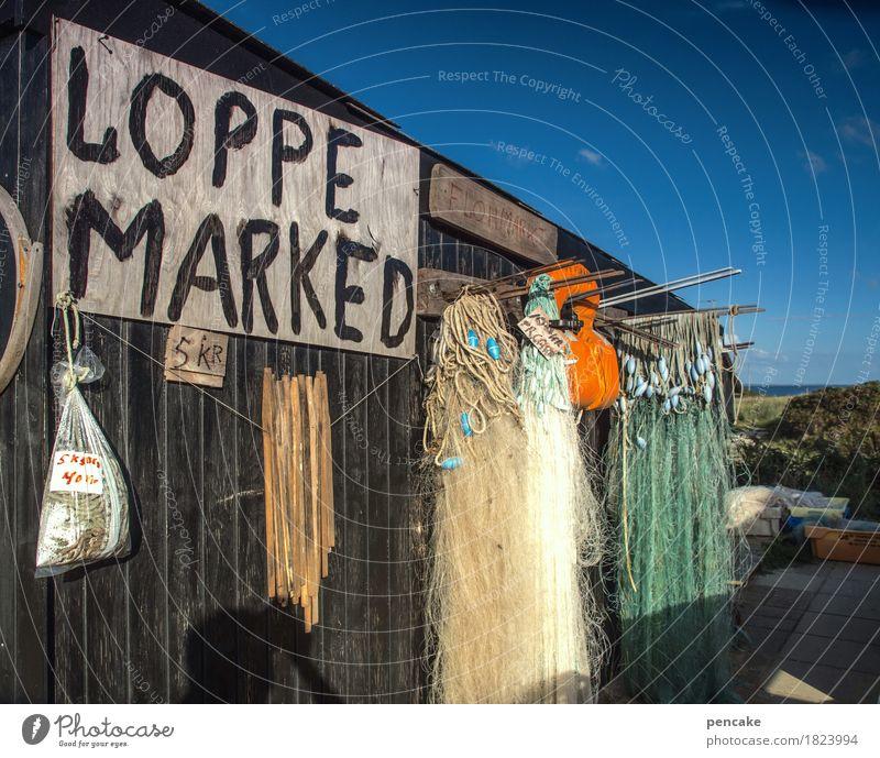 flohmarkt | antikapitalismus Hütte Sammlung alt retro Flohmarkt Second-Hand Laden Fischernetz Dänemark Holzwand Himmel blau Schönes Wetter Reisefotografie