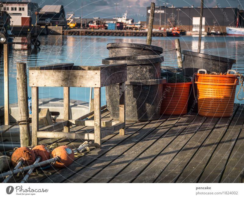 !trash! 2016 | fisherman's friends Landschaft Urelemente Wasser Küste Nordsee Fischerdorf trashig blau orange Hafen Steg Fischereiwirtschaft Tisch Fass