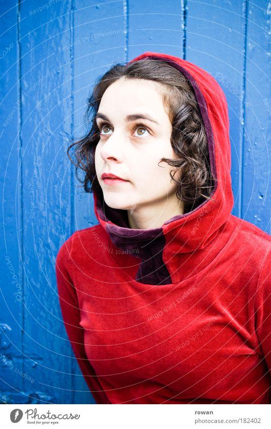 Rotkäppchen Frau Mensch schön blau rot Porträt Farbe feminin Holz Mode Erwachsene Märchen elegant Hoffnung Bekleidung
