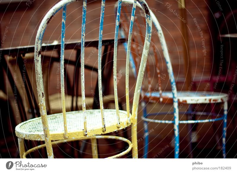 4 Straßencafé Tisch einfach retro trist blau braun gelb ruhig alt Stuhllehne Farbfoto mehrfarbig Außenaufnahme Menschenleer Tag Schwache Tiefenschärfe Abnutzung