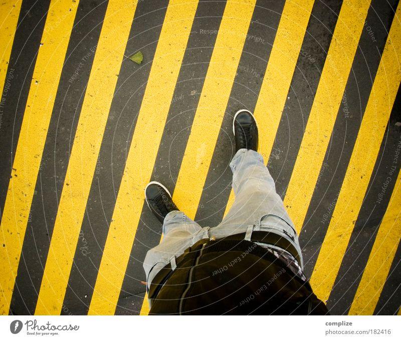 not! Mensch Mann Erwachsene gelb Straße Beine Fuß Kunst gehen Beton maskulin Jeanshose Medien diagonal Verkehrswege Schuhe