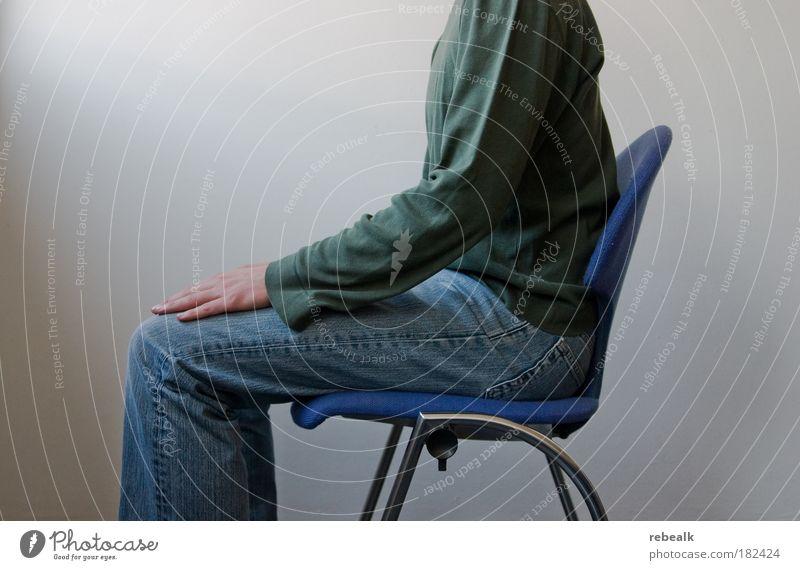 Rückenhalt Farbfoto Gedeckte Farben Oberkörper Erfolg Brust Arme Beine sitzen fest nerdig seriös selbstbewußt Kraft Mut Tatkraft Selbstbeherrschung anstrengen