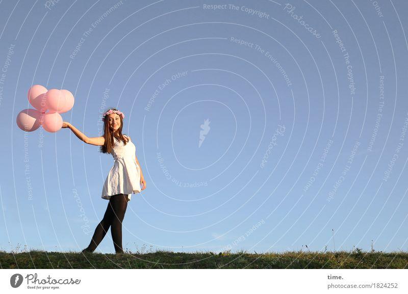 . feminin 1 Mensch Theaterschauspiel Tanzen Schönes Wetter Wiese Hügel Kleid Strumpfhose Schmuck Blumenkranz brünett langhaarig Luftballon beobachten festhalten