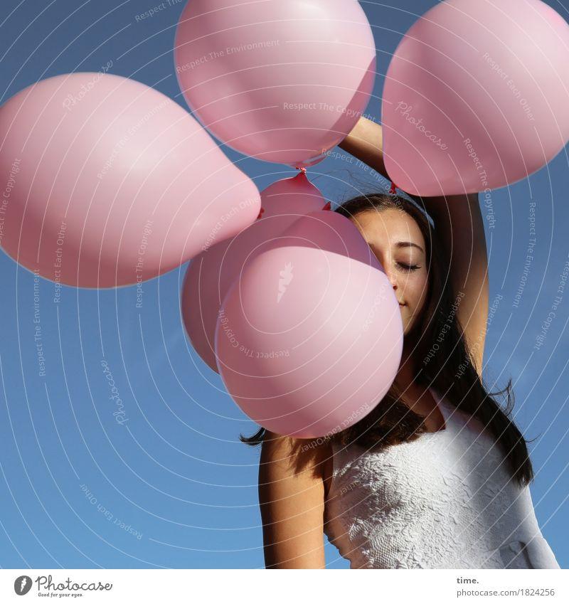 genießen | . feminin Frau Erwachsene 1 Mensch Wolkenloser Himmel Schönes Wetter Kleid brünett langhaarig Luftballon Erholung festhalten stehen träumen schön
