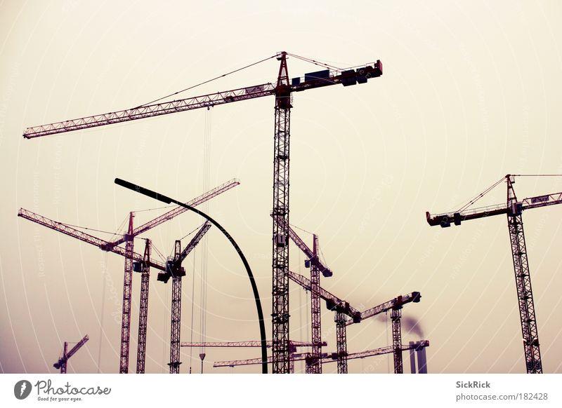 globalisierung Gedeckte Farben Außenaufnahme Textfreiraum oben Kran dreckig dunkel gelb Baustelle viele Industrie