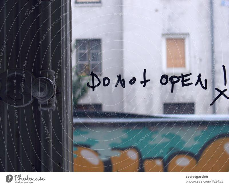 hamburger ratschlag. grün Fenster Graffiti grau Raum Wohnung Glas Schriftzeichen kaputt Häusliches Leben bedrohlich Hinweisschild Reinigen trashig Verbote