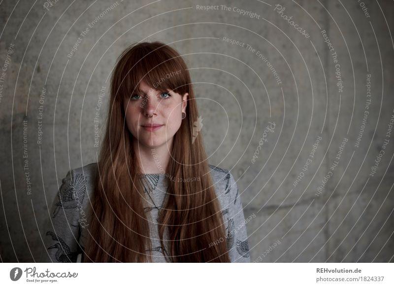 Carina | Betonportrait Studium Student Business Mensch feminin Junge Frau Jugendliche Erwachsene Gesicht 1 18-30 Jahre Pullover Haare & Frisuren brünett